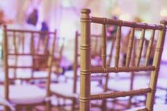 Όμορφο γαμήλιο εσωτερικό και επιτραπέζιο ντεκόρ, διακόσμηση λουλουδιών με την ανθοδέσμη λουλουδιών, με τα τριαντάφυλλα, τουλίπες, Στοκ φωτογραφίες με δικαίωμα ελεύθερης χρήσης