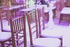Όμορφο γαμήλιο εσωτερικό και επιτραπέζιο ντεκόρ, διακόσμηση λουλουδιών με την ανθοδέσμη λουλουδιών, με τα τριαντάφυλλα, τουλίπες, Στοκ εικόνες με δικαίωμα ελεύθερης χρήσης