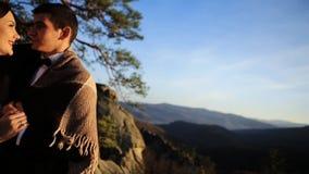 Όμορφο γαμήλιο ζεύγος στα βουνά απόθεμα βίντεο
