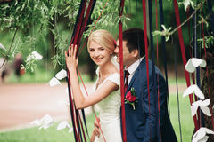 Όμορφο γαμήλιο ζεύγος στο πάρκο Φιλί και αγκάλιασμα μεταξύ τους Στοκ Εικόνα