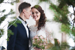 Όμορφο γαμήλιο ζεύγος υπαίθριο Στοκ φωτογραφία με δικαίωμα ελεύθερης χρήσης
