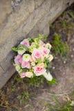 Όμορφο γαμήλιο ζωηρόχρωμο μπουκέτο κοντά στην πέτρα Στοκ Εικόνες