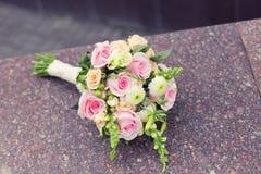 Όμορφο γαμήλιο ζωηρόχρωμο μπουκέτο στην πέτρα Στοκ φωτογραφίες με δικαίωμα ελεύθερης χρήσης