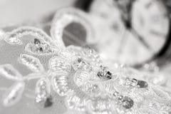 Όμορφο γαμήλιο φόρεμα και άσπρο ρολόι στοκ φωτογραφίες