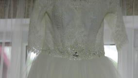 Όμορφο γαμήλιο φόρεμα στο παράθυρο σε ένα σπίτι απόθεμα βίντεο