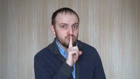 Όμορφο γενειοφόρο ατόμων για τη σιωπή με το δάχτυλο απόθεμα βίντεο