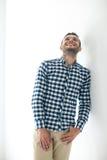 Όμορφο γελώντας άτομο στα μοντέρνα περιστασιακά ενδύματα Στοκ Εικόνες
