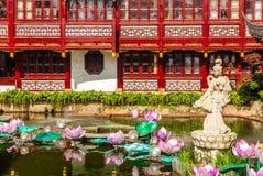 Όμορφο γλυπτό γυναικών στη λίμνη του κήπου Yuyuan στην παλαιά Σαγκάη, Κίνα o στοκ εικόνες