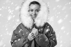 Όμορφο γοητευτικό ισπανικό κορίτσι στο μπλε παλτό με το μειωμένο χιόνι Στοκ Εικόνες