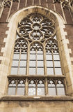Όμορφο γοτθικό παράθυρο στην πρόσοψη της εκκλησίας του ST Όλγα Στοκ φωτογραφία με δικαίωμα ελεύθερης χρήσης