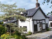 Όμορφο γραπτό εξοχικό σπίτι κοντά στην άκρη Alderley σε αγροτικό Τσέσαϊρ Στοκ φωτογραφία με δικαίωμα ελεύθερης χρήσης