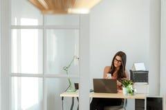 Όμορφο γραφείο συνεδρίασης γυναικών επιχειρηματιών στο σπίτι, εργασία Στοκ φωτογραφία με δικαίωμα ελεύθερης χρήσης