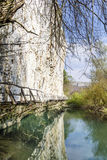 Όμορφο γραφικό τοπίο του ποταμού και της γέφυρας στους βράχους στο βουνό Στοκ Εικόνα
