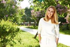 Όμορφο γυναικών θερινό χαμόγελο φύσης πάρκων αθλητικής γυμναστικής πράσινο Στοκ φωτογραφία με δικαίωμα ελεύθερης χρήσης