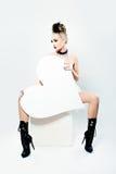 Όμορφο γυναικών μόδας πρότυπο έμβλημα καρδιών εκμετάλλευσης μεγάλο άσπρο Στοκ Φωτογραφία
