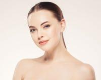 Όμορφο γυναικών νέο στούντιο πορτρέτου προσώπου στενό επάνω στο λευκό στοκ φωτογραφία με δικαίωμα ελεύθερης χρήσης