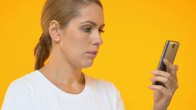 Όμορφο γυναικών στο smartphone, που ανατρέπεται για την απώλεια της λαχειοφόρου αγοράς στα κοινωνικά μέσα φιλμ μικρού μήκους