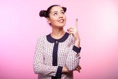 Όμορφο γυναικών brunette με το δάχτυλό της στοκ φωτογραφία με δικαίωμα ελεύθερης χρήσης