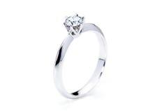 Όμορφο δαχτυλίδι διαμαντιών στο άσπρο υπόβαθρο Στοκ εικόνα με δικαίωμα ελεύθερης χρήσης