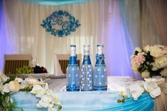 Όμορφο διακοσμημένο γαμήλιο εστιατόριο για το γάμο Ζωηρόχρωμη διακόσμηση για τον εορτασμό Νυφικό εσωτερικό ομορφιάς Στοκ Φωτογραφίες