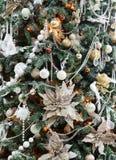Όμορφο διακοσμημένο Χριστούγεννα δέντρο να λάμψει στα φω'τα Στοκ εικόνες με δικαίωμα ελεύθερης χρήσης