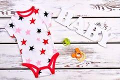 Όμορφο διαμορφωμένο κομπινεζόν για το μωρό στοκ εικόνα