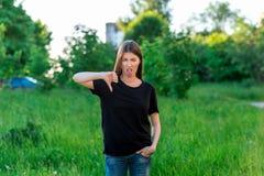 Όμορφο εθνικό κορίτσι Το καλοκαίρι στο πάρκο στη φύση Με μια χειρονομία του χεριού και παρουσιάζει ένα δάχτυλο κάτω εμφανίζει Στοκ φωτογραφίες με δικαίωμα ελεύθερης χρήσης