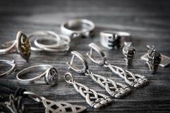 Όμορφο εθνικό Σκανδιναβικό κελτικό περιδέραιο κοσμήματος Claddagh ασημένιο, σκουλαρίκια, βραχιόλια Στοκ φωτογραφίες με δικαίωμα ελεύθερης χρήσης