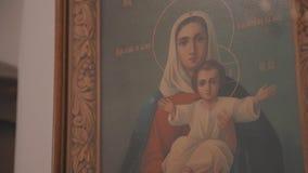 Όμορφο εικονίδιο στον τοίχο της χριστιανικής εκκλησίας o απόθεμα βίντεο