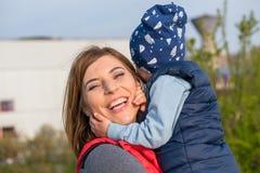 Ευτυχής αγαπώντας οικογένεια παιχνίδι μητέρων και παιδιών στοκ εικόνα με δικαίωμα ελεύθερης χρήσης