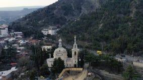 Όμορφο εναέριο μήκος σε πόδηα μιας εκκλησίας κοντά στο βουνό στο Tbilisi, Γεωργία, 4k απόθεμα βίντεο