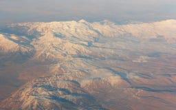 Όμορφο εναέριο τοπίο άποψης των αιχμών βουνών στην έρημο Στοκ φωτογραφία με δικαίωμα ελεύθερης χρήσης