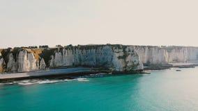 Όμορφο εναέριο υπόβαθρο που πυροβολείται της κυανής παραλίας ηλιοβασιλέματος και των απίστευτων άσπρων απότομων βράχων κιμωλίας κ απόθεμα βίντεο