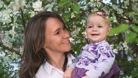 Όμορφο ενεργό παιχνίδι mum με την ευτυχή κόρη της έξω απόθεμα βίντεο