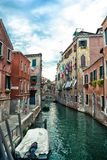 Όμορφο ενετικό κανάλι στη θερινή ημέρα, Ιταλία στοκ εικόνες