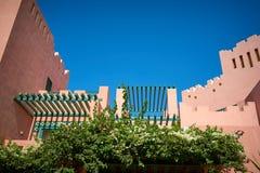 Όμορφο εξοχικό σπίτι με τα λουλούδια Στοκ Εικόνες
