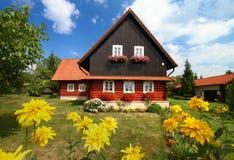 Όμορφο εξοχικό σπίτι με τα λουλούδια Στοκ φωτογραφία με δικαίωμα ελεύθερης χρήσης