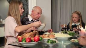 Όμορφο εξυπηρετώντας γεύμα μητέρων στο daugther απόθεμα βίντεο