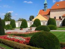 Όμορφο εξωραϊσμένο σύνολο κήπων των όμορφων ανθίζοντας λουλουδιών και των διακοσμητικών δέντρων και της πηγής στοκ φωτογραφίες με δικαίωμα ελεύθερης χρήσης