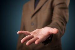 Όμορφο επιχειρησιακό άτομο που παρουσιάζει με το διάστημα αντιγράφων χεριών Στοκ εικόνα με δικαίωμα ελεύθερης χρήσης