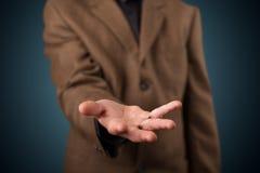 Όμορφο επιχειρησιακό άτομο που παρουσιάζει με το διάστημα αντιγράφων χεριών Στοκ Φωτογραφία