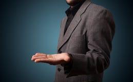 Όμορφο επιχειρησιακό άτομο που παρουσιάζει με το διάστημα αντιγράφων χεριών Στοκ Εικόνες