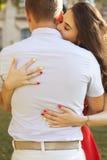 Όμορφο ερωτευμένο φίλημα ζευγών brunette κατά μια ημερομηνία στο πάρκο Στοκ φωτογραφίες με δικαίωμα ελεύθερης χρήσης