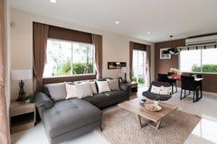 Όμορφο εσωτερικό δωματίων με τα πατώματα σκληρού ξύλου και την άποψη του νέου σπιτιού πολυτέλειας Στοκ Εικόνα
