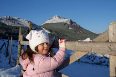 Όμορφο λευκό κορίτσι στη φύση: Χειμερινή χώρα των θαυμάτων Στοκ εικόνες με δικαίωμα ελεύθερης χρήσης