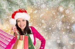 Όμορφο ευτυχές κορίτσι αγορές Χριστουγέννων στοκ εικόνες