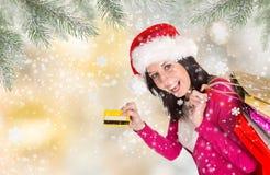 Όμορφο ευτυχές κορίτσι αγορές Χριστουγέννων Στοκ φωτογραφία με δικαίωμα ελεύθερης χρήσης