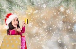Όμορφο ευτυχές κορίτσι αγορές Χριστουγέννων Στοκ εικόνες με δικαίωμα ελεύθερης χρήσης
