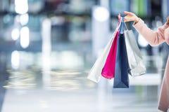 Όμορφο ευτυχές κορίτσι με τις τσάντες πιστωτικών καρτών και αγορών στο shopp Στοκ φωτογραφία με δικαίωμα ελεύθερης χρήσης