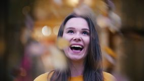 Όμορφο ευτυχές κορίτσι που κοιτάζει στη κάμερα και το χαμόγελο Φθινόπωρο, πτώση φύλλων, το γέλιο κοριτσιών απόθεμα βίντεο